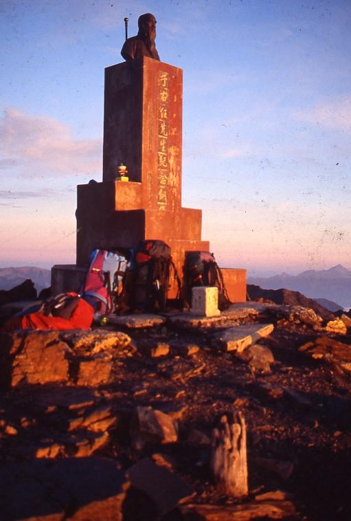 玉山於1967年一度豎立3.5公尺于右任銅像豎立於玉山山頂,讓玉山一度擠進4000公尺高峰。圖/玉管處副處長林文和提供